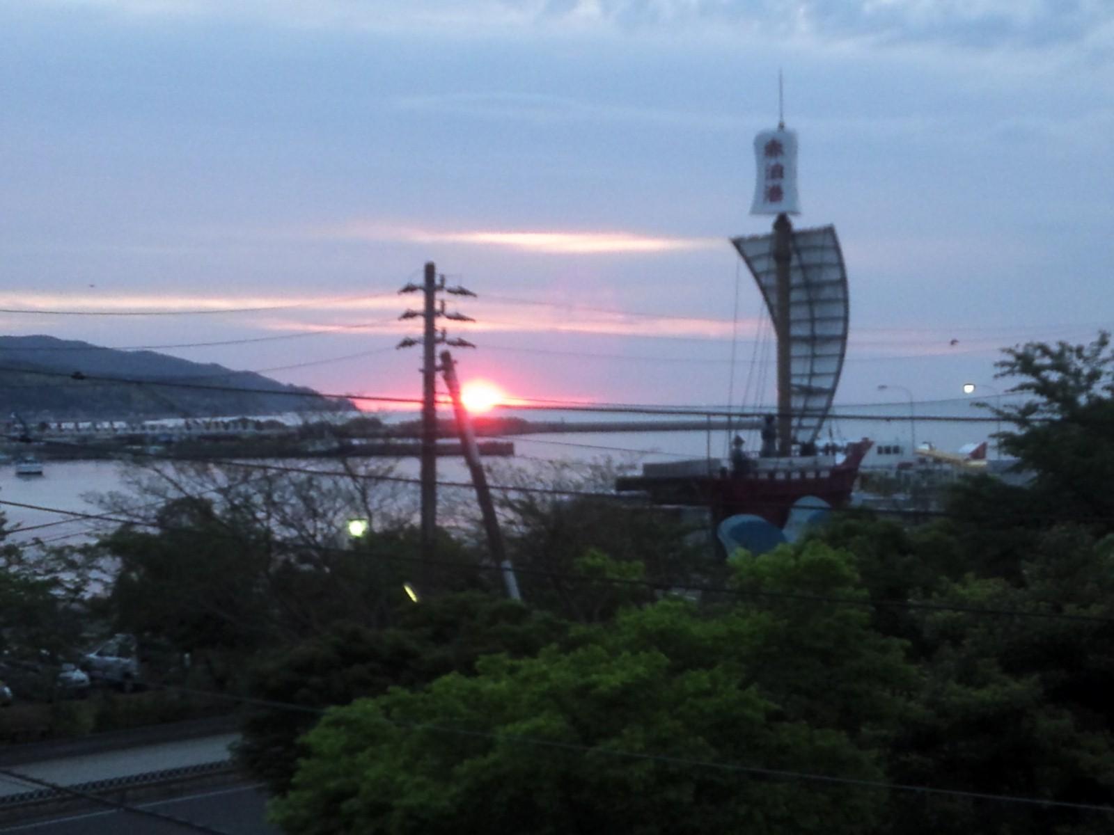 日本海の朝陽に